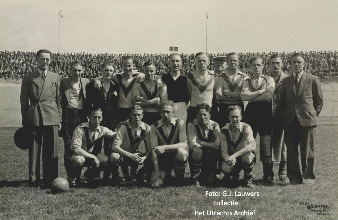 elftalfoto van de voetbalvereniging DOS dat in het seizoen 1943/1944 promoveerde en terugkeerde in de 1e klasse. Foto: G.J. Lauwers - collectie HUA