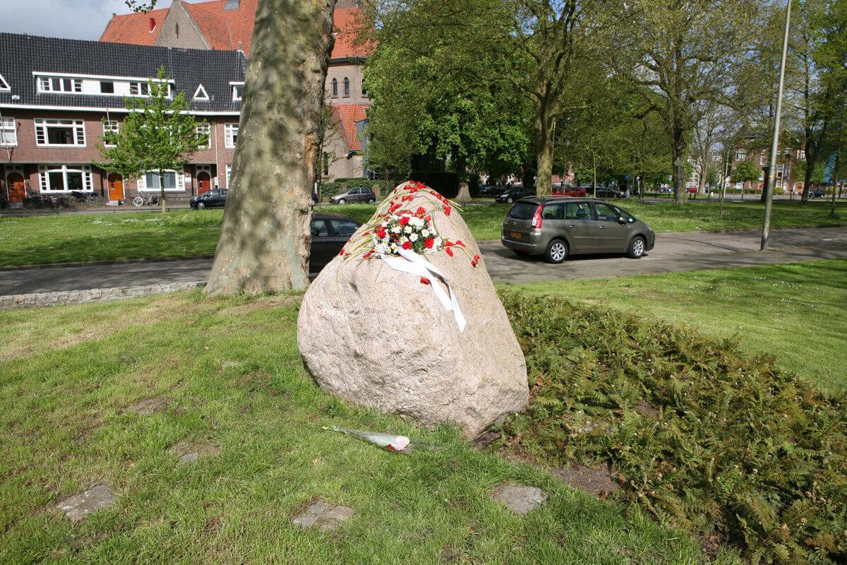 Een grote steen op de Marijkelaan herinnert aan het schietincident. Foto: Ton van den Berg