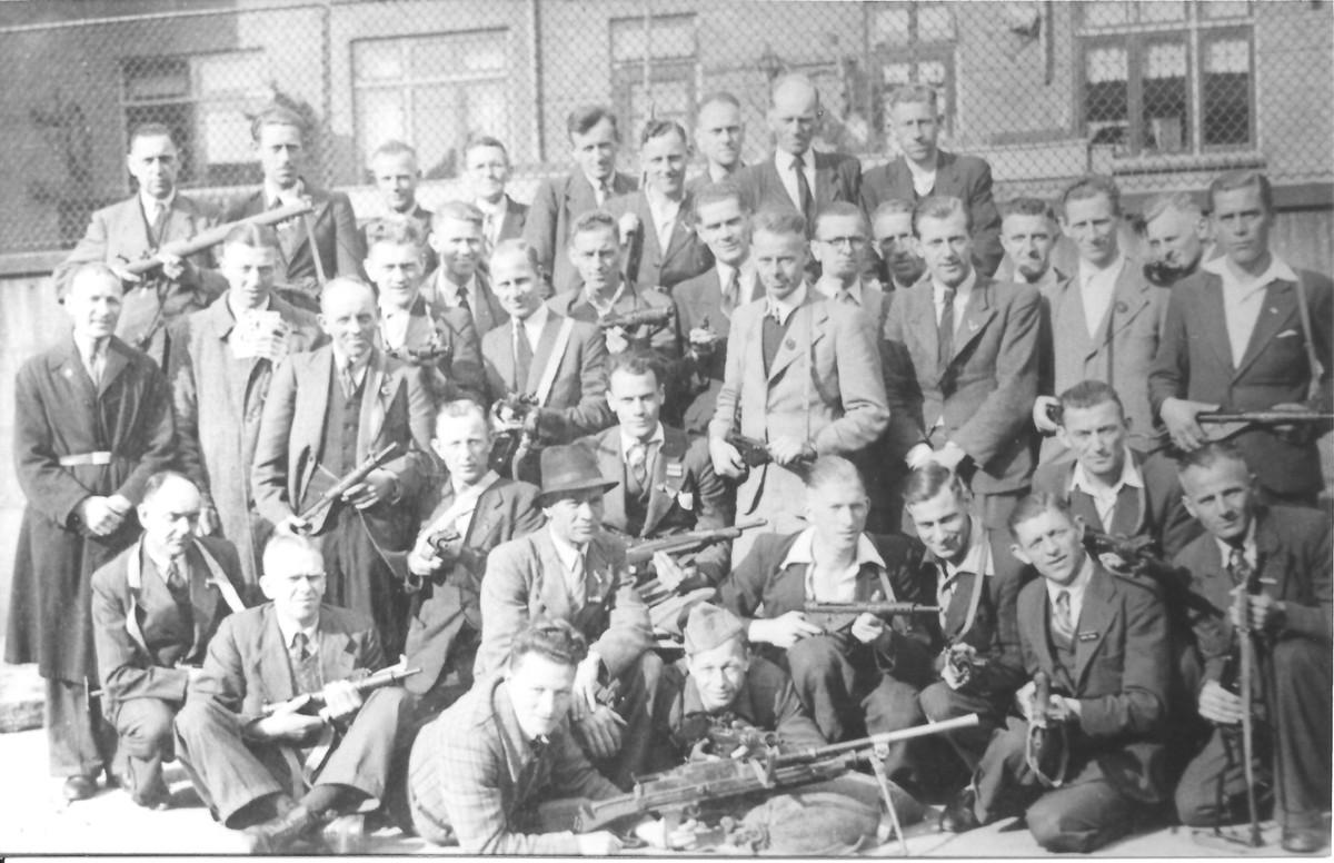 Medewerkers van Kwartier IV van de Binnenlandse Strijdkrachten op de speelplaats van de Groen van Prinstererschool, na de bevrijding. Foto: Museum van Zuilen