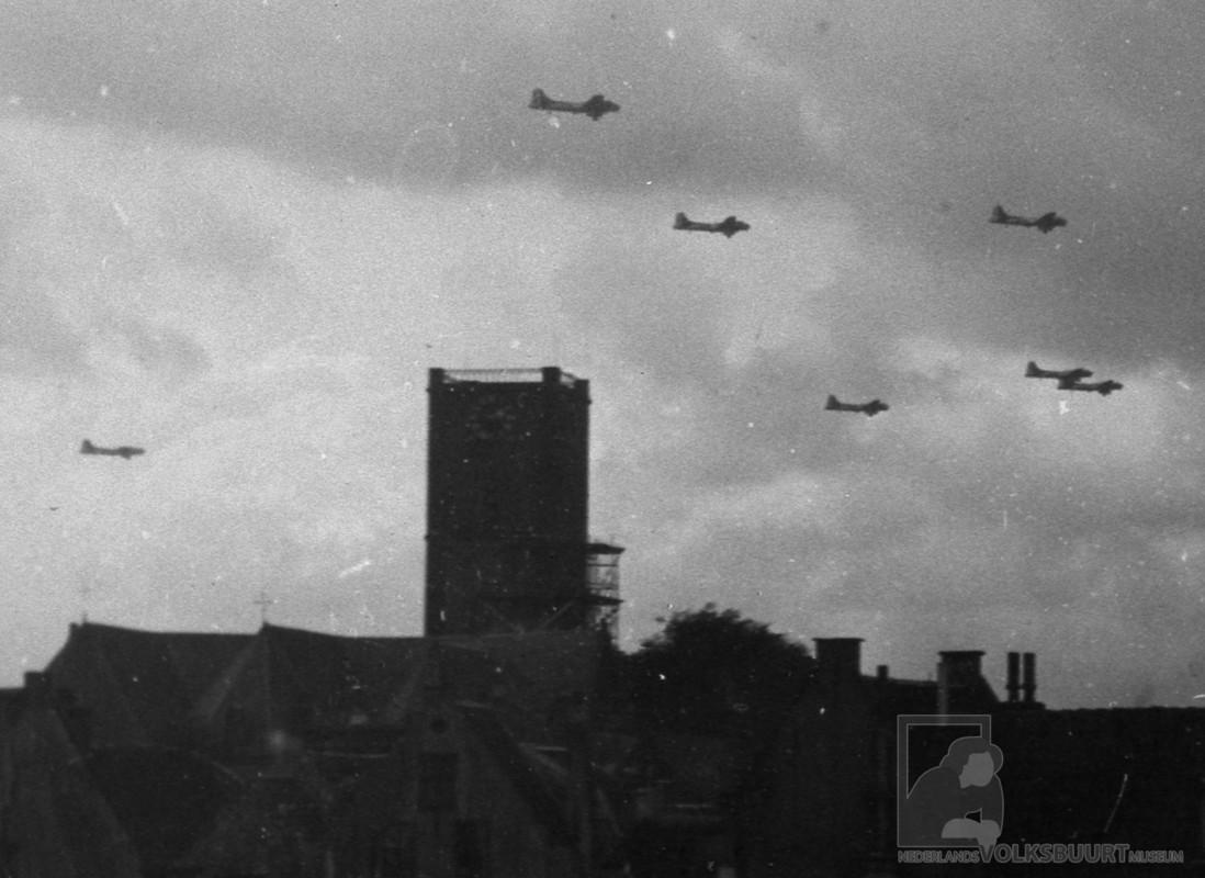 Vliegtuigen met voedsel vliegen op 3 mei 1945 voorbij en op voorgrond Jacobikerk in Wijk C. Foto Volksbuurtmuseum