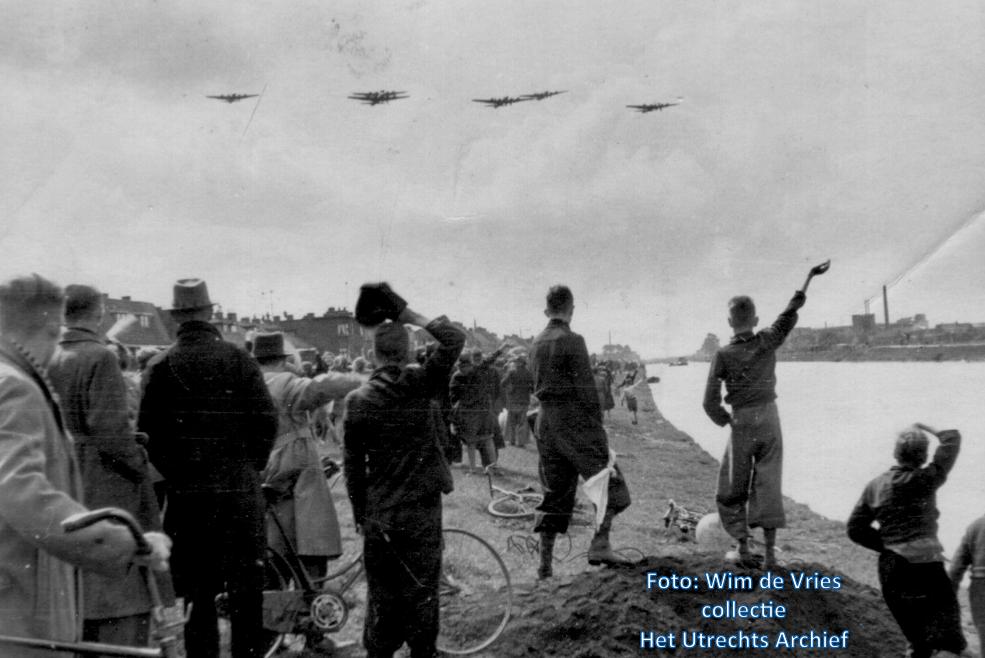 De vliegende forten worden verwelkomd aan de rand van het Merwedekanaal bij de Rivierenwijk. Foto Wim de Vries (Collectie HUA)