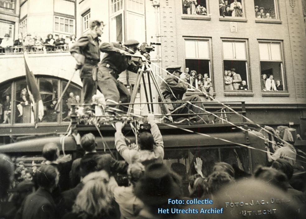 Een cameraman filmt de intocht van de geallieerden ter hoogte van de Voorstraat en Neude. Foto: J. Dees (Collectie HUA)