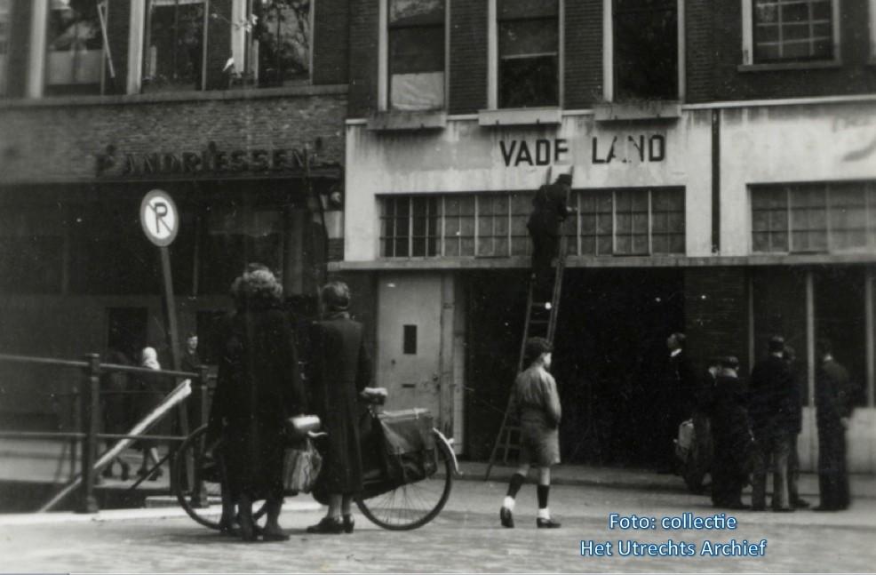 De naam van het NSB-weekblad Volk en Vaderland wordt overgeschilderd bij drukkerij Bosch. Foto: Collectie HUA