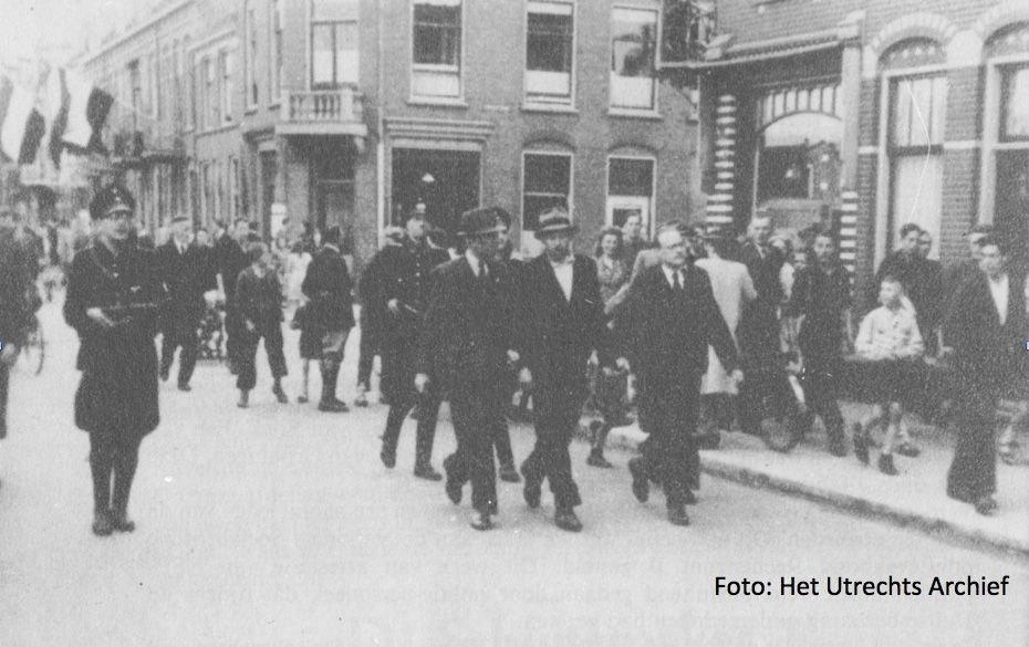 Arrestatie van een gevaarlijke SS-er op de Jutfaseweg. Tussen twee Utrechtse rechercheurs wordt de man overgebracht naar het bureau Tolsteeg. Foto: HUA