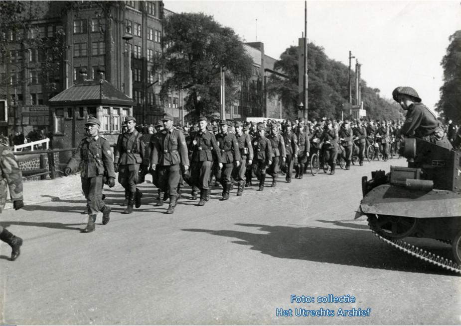 Gewapende Duitsers marcheren in colonne richting Paardenveld om te worden ontwapend. Foto: G.J. Lauwers (Collectie HUA)