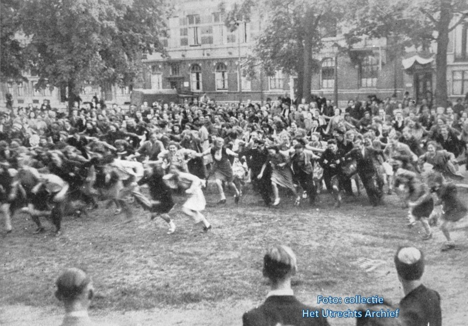 Een joelende menigte viert feest op het Lucas Bolwerk. Foto: Collectie HUA