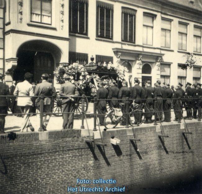 De koets met het lichaam van Leo Maagdenberg voor zijn woning aan de Plompetorengracht 10.. Foto: J. Dees (Collectie HUA)