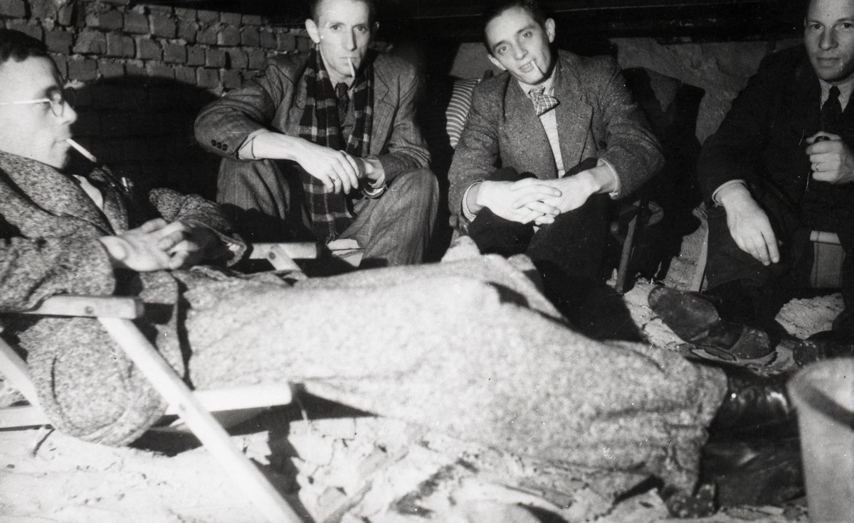 Het verzet zorgde er ook voor dat onderduikers aan bonnen konden komen zoals deze mannen onder de vloer in de woonkamer van Jan W.J. Disco (Hasebroekstraat 37) . Foto: Collectie HUA
