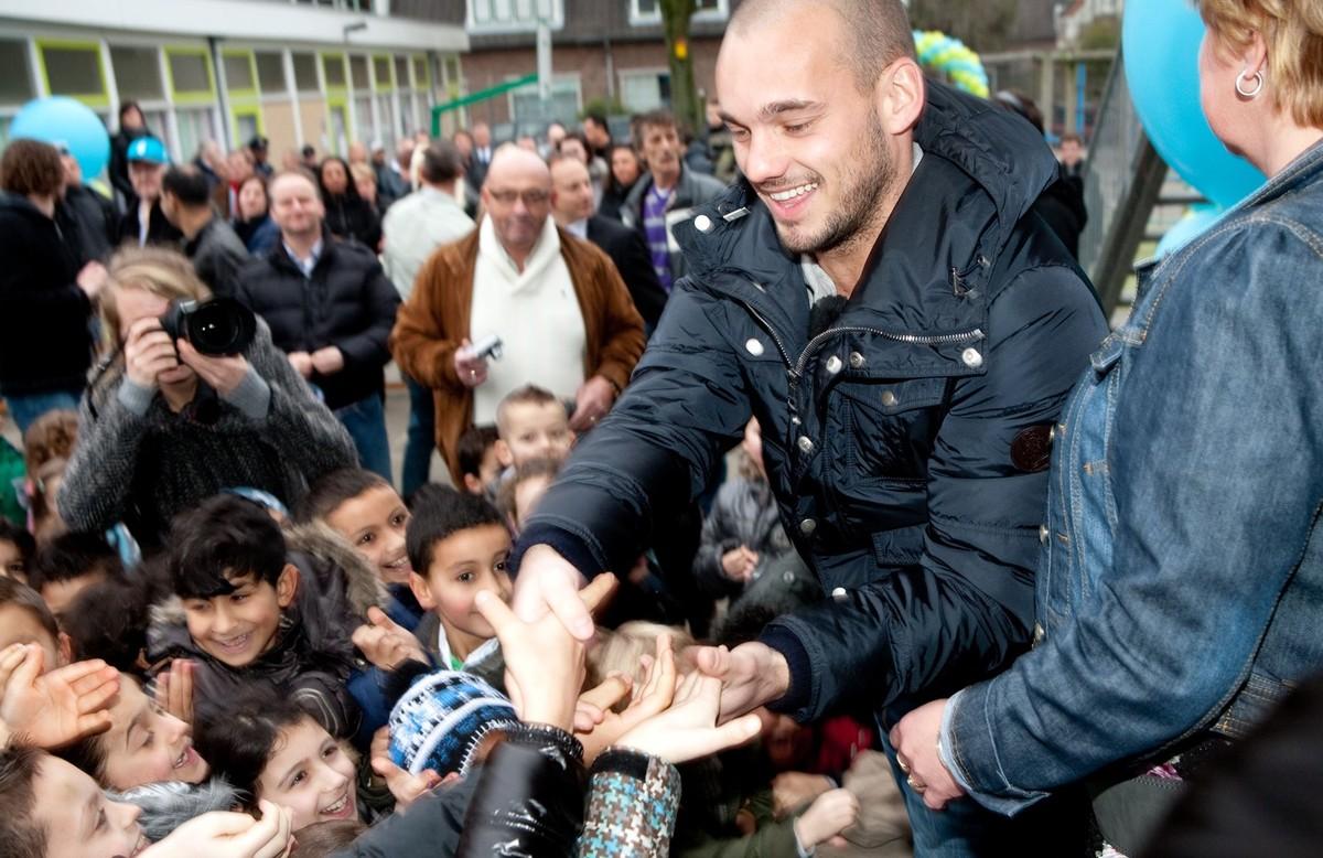 In 2011 bezoekt Wesley Sneijder zijn voormalige lagere school in Ondiep. Foto: Ton van den Berg