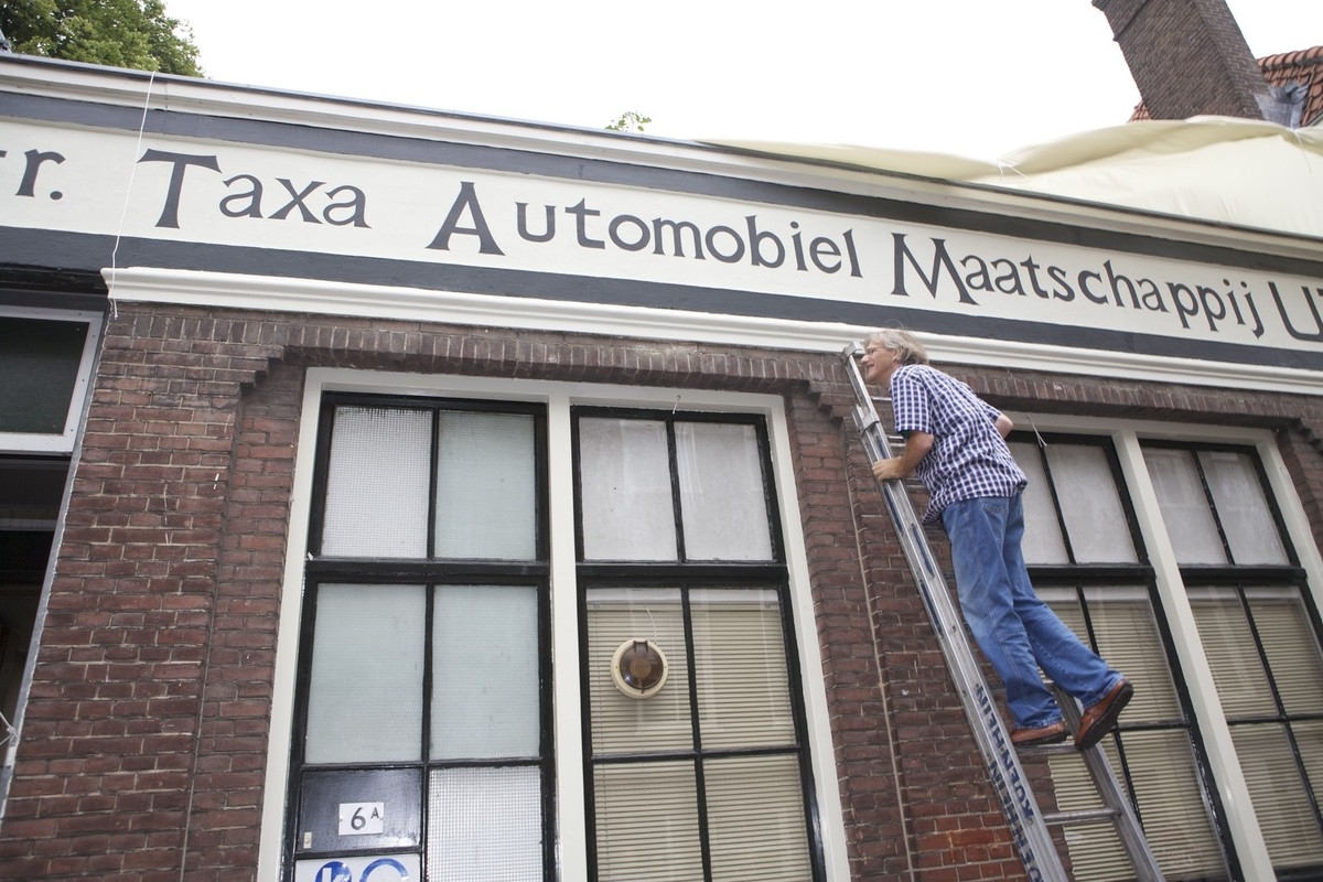 In 2012 zorgde restauratieschilder Jos Peeters ervoor dat de naam van UTAM weer op de muur stond. Foto: Ton van den Berg