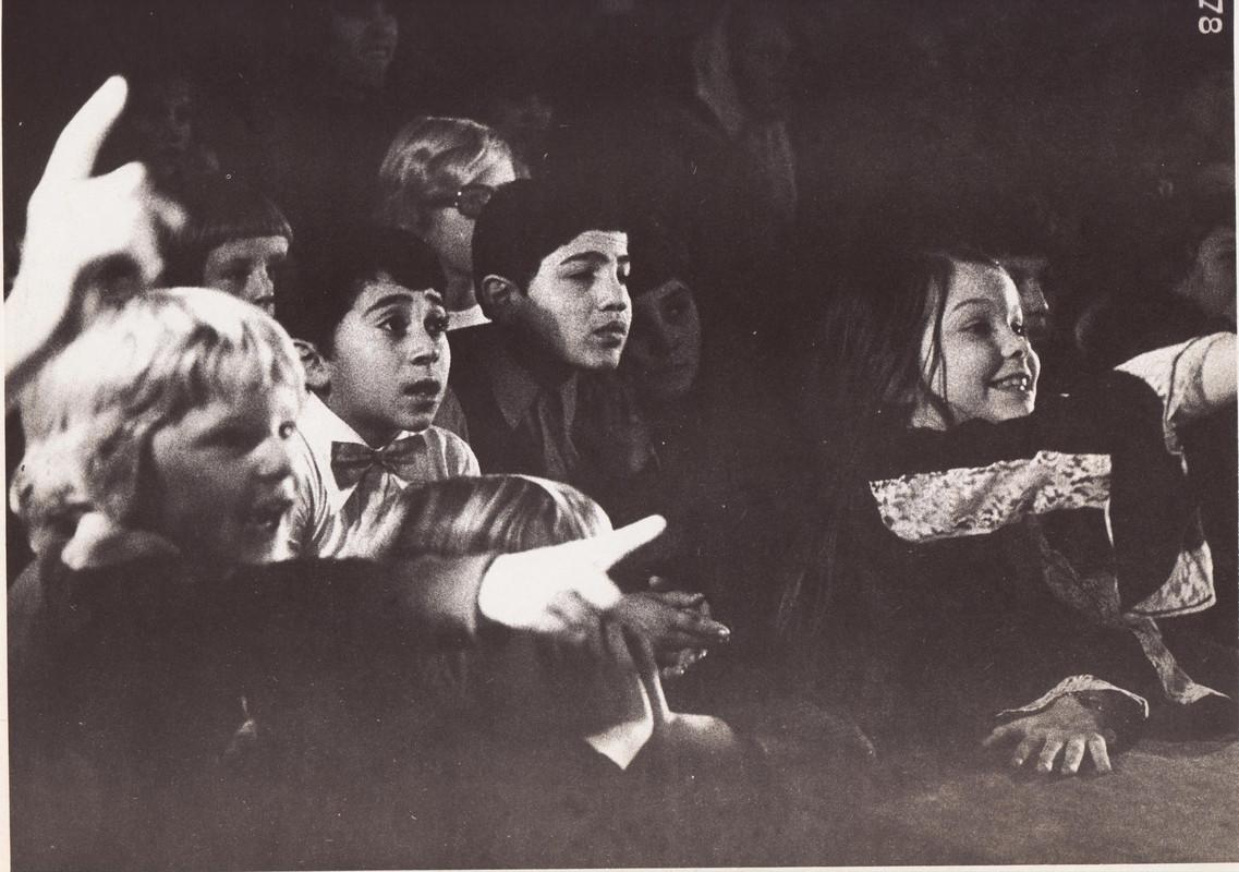 Kinderen van de Casimirschool leven mee bij het schooltoneel. Foto: archief Bours