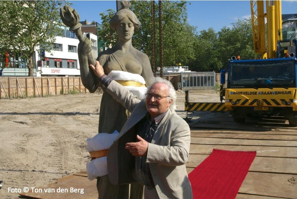 Architect Hertzberger met 'de Schele Maagd' in 2008 bij de verwijdering van beeld vanaf het oude Muziekcentrum Vredenburg. Foto: Ton van den Berg