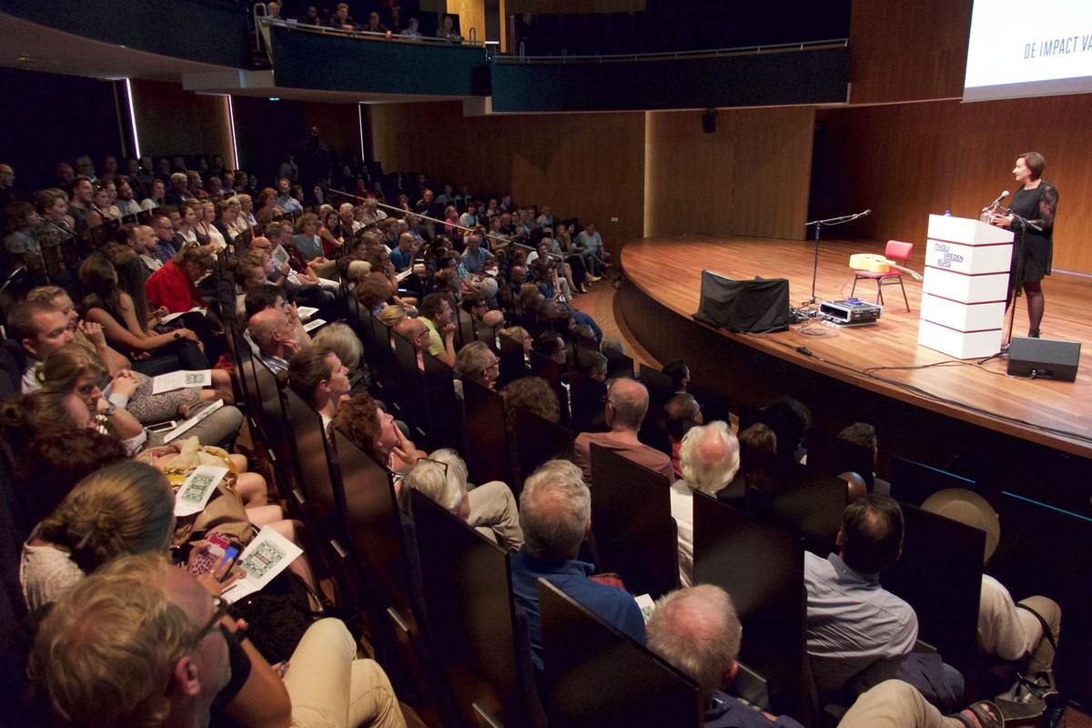 Grote opkomst bij het culturele debat in TivoliVredenburg met op podium Joyce Verdijk (Bijenkorf). Foto: Ton van den Berg