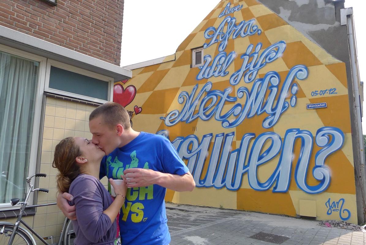 Jan en zijn vriendin in 2012 toen hij via de muurschildering haar ten huwelijk vroeg. Foto: Ton van den Berg