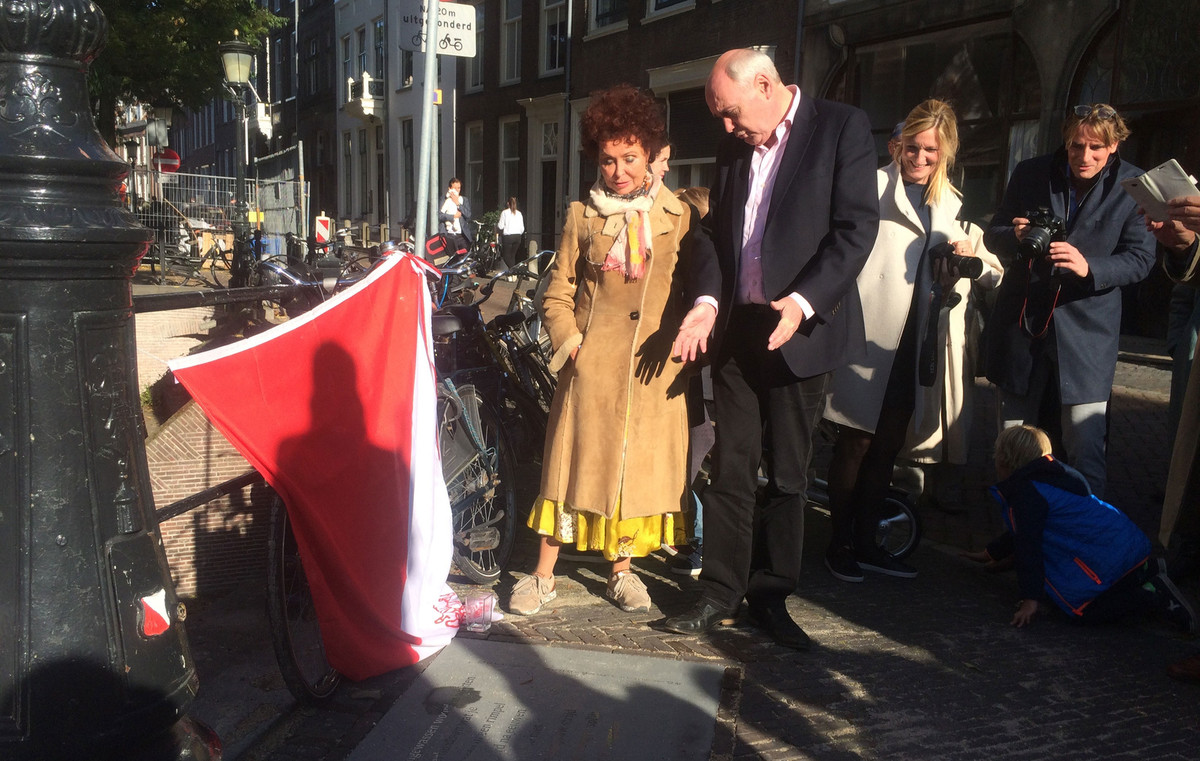 Dichteres Els van Stalborch en wethouder Geldof bij de net onthulde steen. Foto: Jim Terlingen