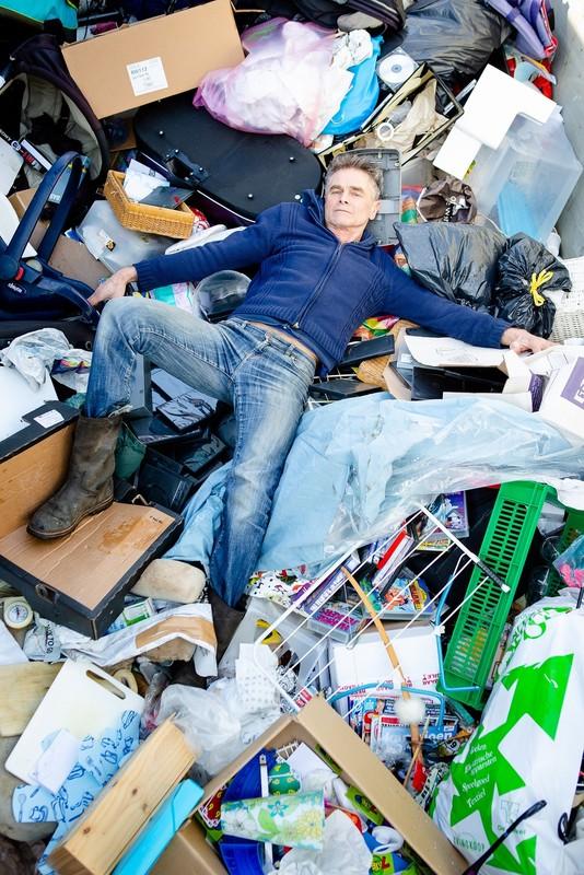 """Hans Messie, oprichter Wawollie Kringloop: """"Het afval groeit me boven het hoofd"""". Foto: Bram Muller"""