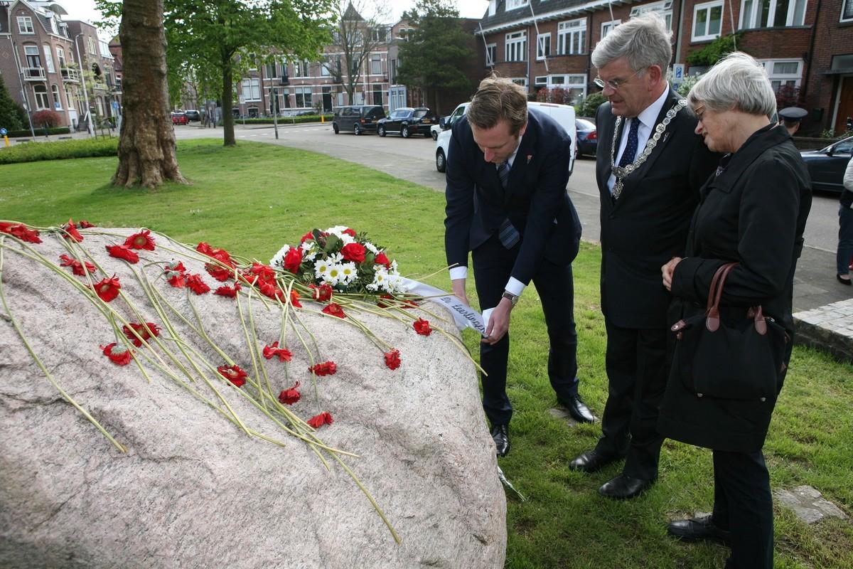 In 2015 legt burgemeester Van Zanen bloemen bij de herdenkingssteen op de Prinses Marijkelaan die herinnert aan 10 overleden verzetsmensen. Foto: Ton van den Berg