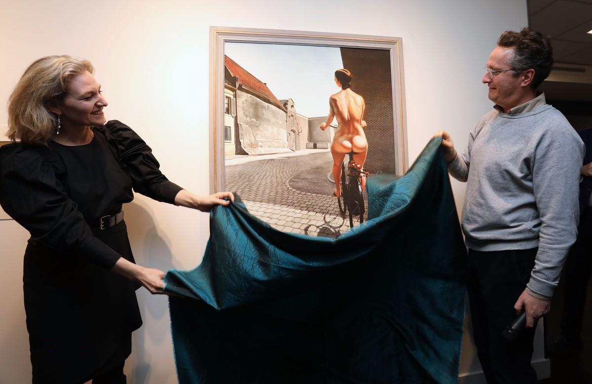 Wethouder Anke Klein en Bart Rutten (Centraal Museum) onthullen een kopie van 'het Gerucht' van Moesman. Foto: Ton van den Berg