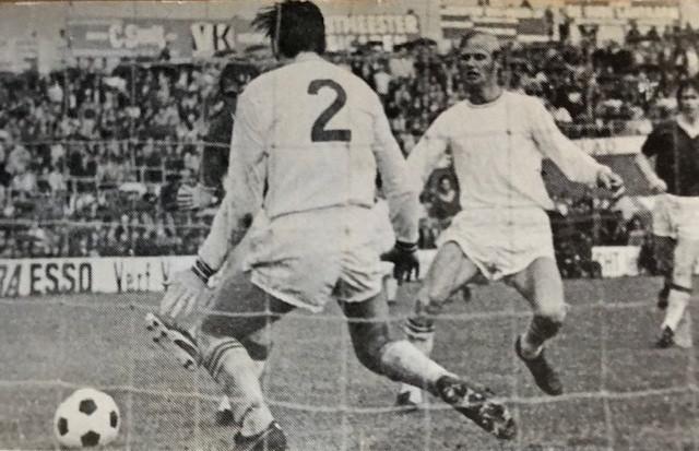 Co Adriaanse (nr 2) wordt belaagd door Johan Cruyff, rechts kijkt Ries Cote toe. Foto: archief