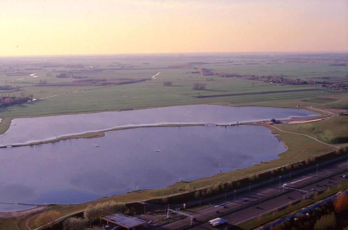 De Nedereindseplas (Put van Weber) in jaren '90 met daarachter polder Rijnenburg. Foto: Ton van den Berg