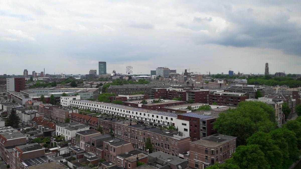 Tot nu toe koos Utrecht vooral voor laagbouw waardoor de Dom altijd goed zichtbaar bleef. Maar nu gaat de stad de hoogte in. Foto: Louis Engelman