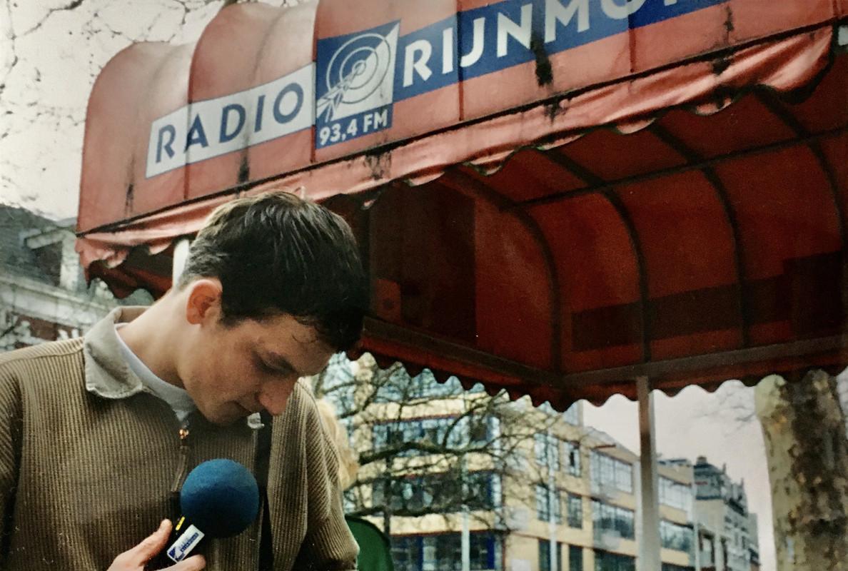 Sebastiaan Timmerman voor de ingang van Radio Rijnmond in 1998. Foto: Dik Binnendijk