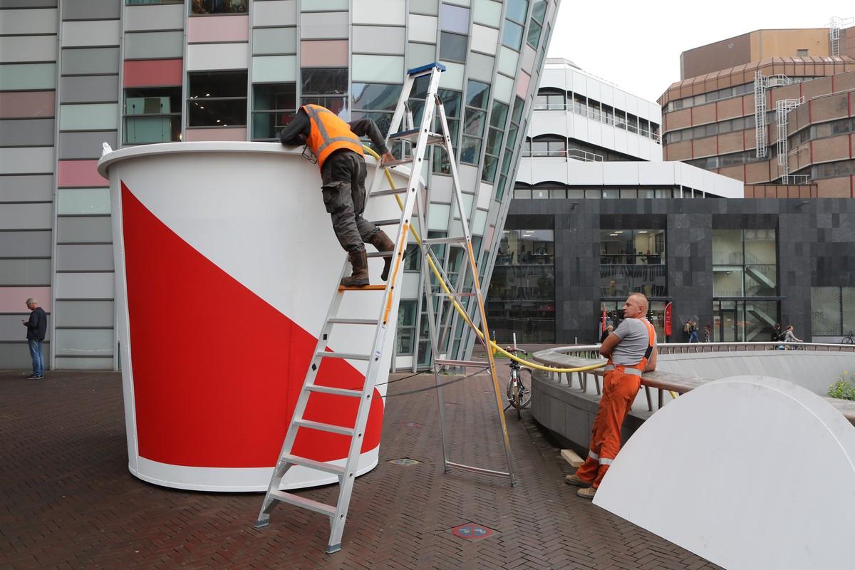 De Utrechtse emmer wordt met water gevuld. Foto: Ton van den Berg