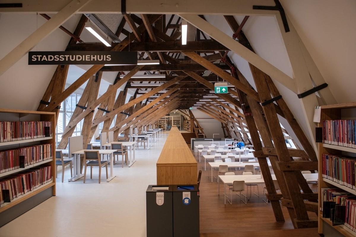 De nieuwe bibliotheek aan de Neude blijft vooralsnog gesloten. Foto: R. van den Lingen