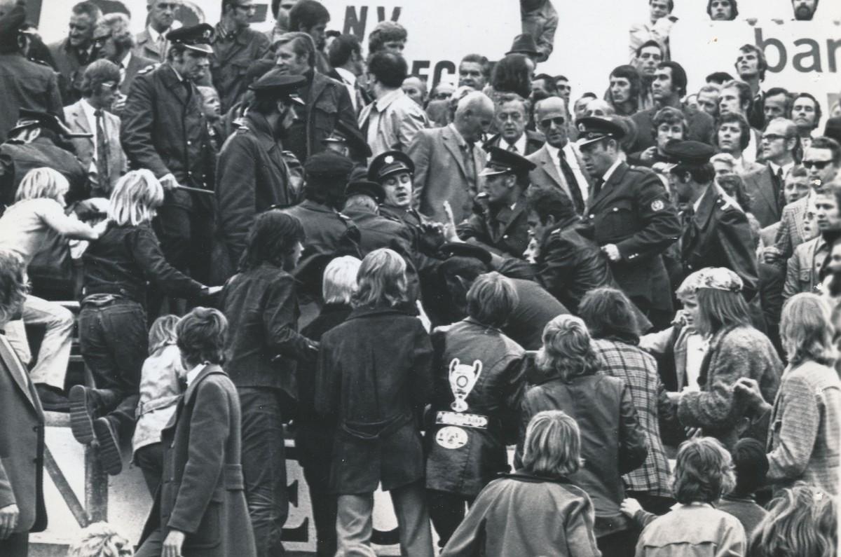 Politieoptreden op de tribunes in de Galgenwaard oktober 1972, Utrecht verlies van Ajax met )-1. Foto: Het Utrechts Archief