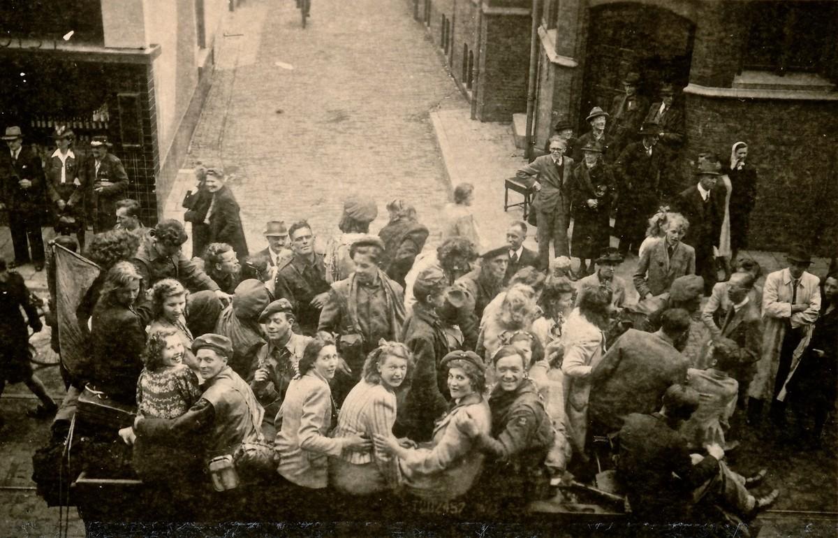 Jonge Utrechters en soldaten van de Engelse Polar Bears in een voertuig in de Wittevrouwenstraat. Foto's: Marie Staffhorst