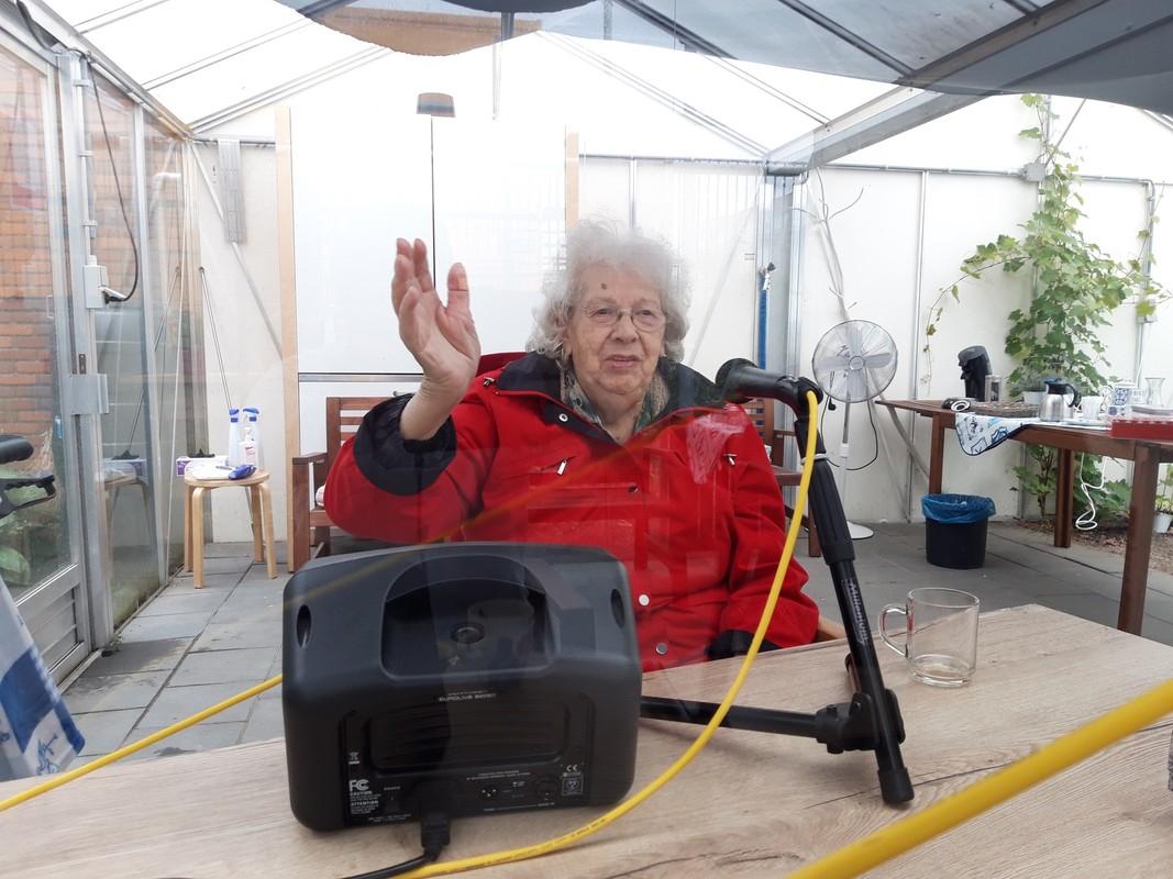 Tante Loes in de tuinkas van het verzorgingscentrum. Foto: Ton van den Berg