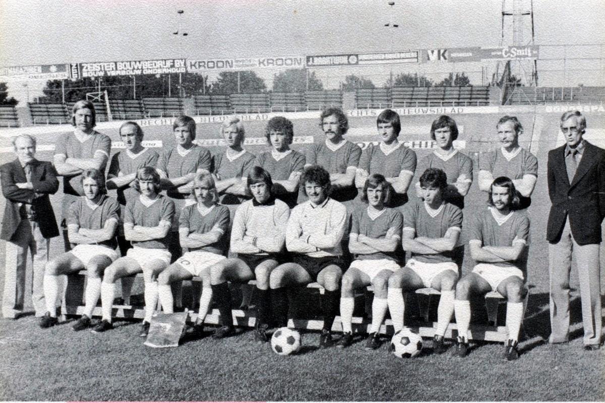 FC Utrecht met Joop van Maurik (de speler staand helemaal links) en helemaal rechts trainer Jan Rab die plaats maakt voor Han Berger. Foto: archief