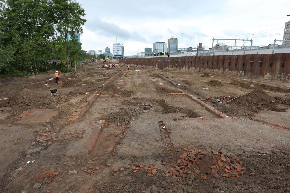 De resten van de oude dakpannenfabriek vlak naast de Kruisvaart. Foto: Ton van den Berg