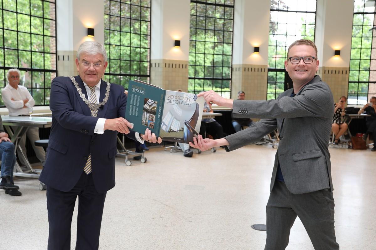 Burgemeester Van Zanen ontvangt het eerste exemplaar van Vergeten Gebouwen uit handen van Arjan den Boer. Foto: Ton van den Berg