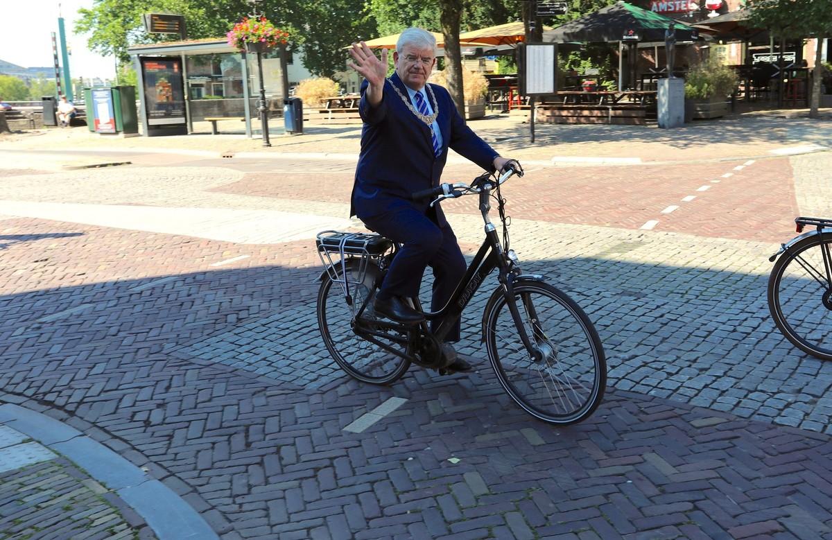 Op de fiets door de stad, hier op de Tolsteegbarriere. Foto's Ton van den Berg