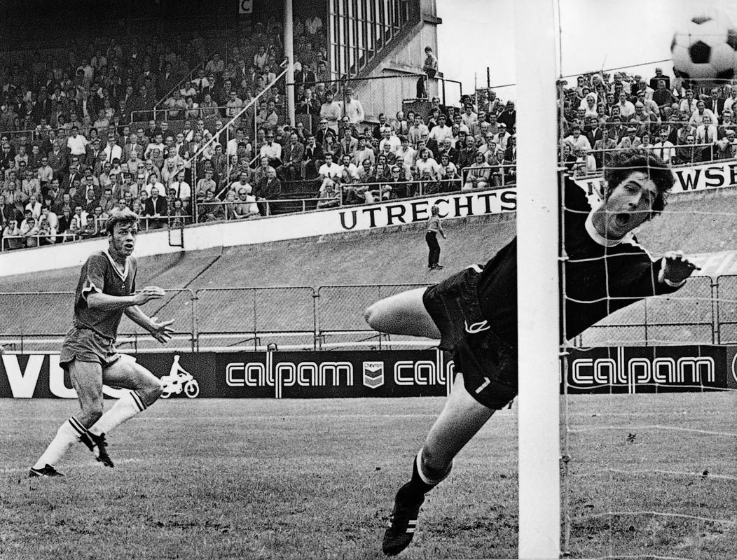 Jan Groenendijk scoort zijn zoveelste goal beginjaren zeventig. Foto: Archief
