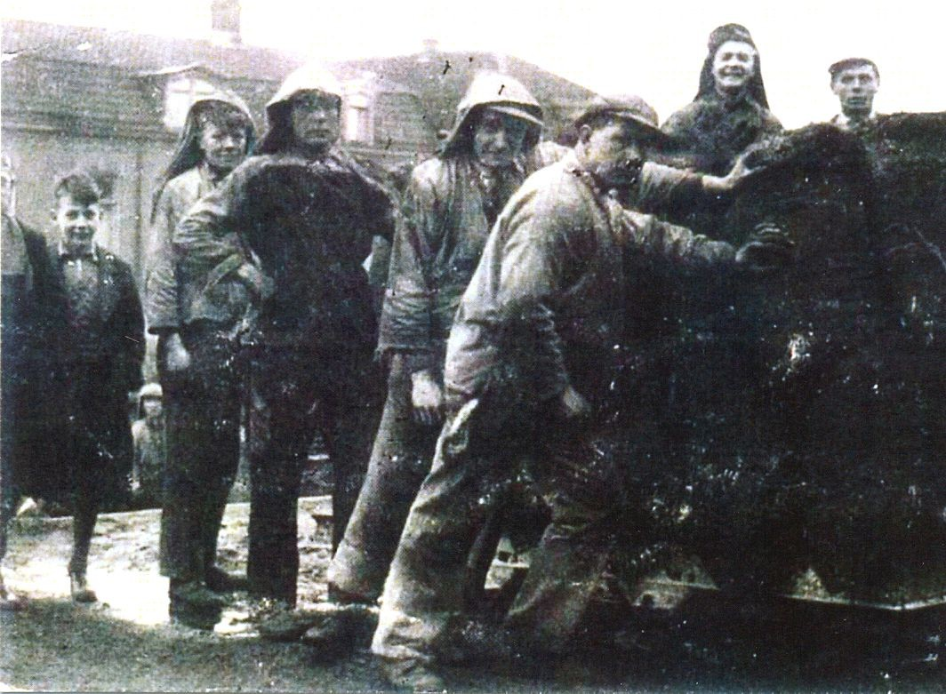 Werknemers van de Beenzwartfabriek. Foto: familiecollectie Van Hattem